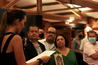 Maira discursa com o microfone, com Ricardo, José Thomaz Filho e Marina ao fundo. (Foto: Bruno Sartori)