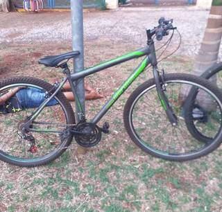 """Bicicleta que estava sendo """"pilotada"""" por um dos ladrões. (Foto: Direto das Ruas)"""