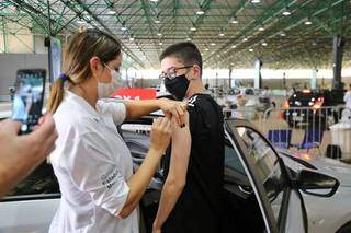 Adolescente tomando a segunda dose da vacina contra covid-19. (Foto: Paulo Francis)