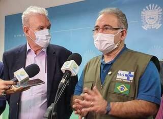 Resende e Queiroga na última visita do ministro à Capital, em julho. (Foto: Wagner Guimarães/Arquivo/Alems)