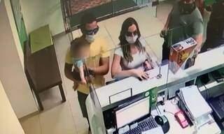 Advogada e marido no momento em que alugavam caminhonete em Naviraí. (Foto: Reprodução de vídeo)