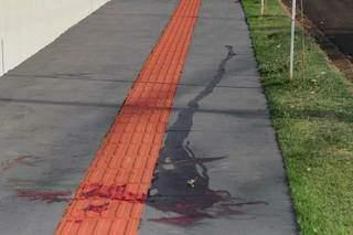 Sangue de Vinicius ficou em calçada onde ele foi atingido. (Foto: Marcos Maluf)