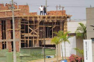 Trabalhador caiu de altura de aproximadamente 7 metros. (Foto: Marcos Maluf)