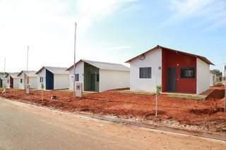 Casas construídas com recurso de programa de habitação em Campo Grande, no Parque do Sabiá. (Foto: Kisie Ainoã/Arquivo)