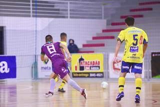De uniforme amarelo, equipe de MS enfrentou time gaúcho (Foto: Mônia Cris/CBFS)