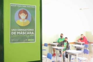 Aviso indica regras de biossegurança para permanecer nas salas de aulas das escolas estaduais. (Foto: Henrique Kawaminami/Arquivo)