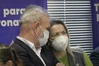Secretário estadual de Saúde, Geraldo Resende (à esq.) e a secretária de Enfrentamento à Covid, Rosana Leite de Melo, em evento hoje. (Foto: Marcos Maluf)