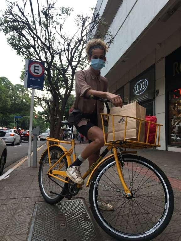 Laura usa bike para entregas e sonha criar cooperativa só de mulheres