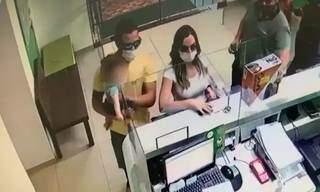 Advogada e marido no momento em que alugavam caminhonete, em Naviraí. (Foto: Reprodução de vídeo)