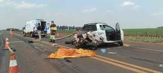 Carro ficou destruído com o impacto (Foto: Olimar Gamarra)