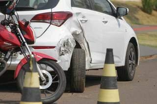 O primeiro carro atingido foi um HB20 que estava estacionado (Foto: Marcos Maluf)
