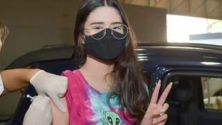 Menina é vacinada em drive-thru de Campo Grande. (Foto: PMCG/Divulgação)