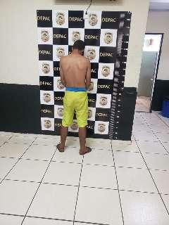 Azarado, jovem é preso ao empinar moto e quase bater em viatura da PM