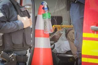 Esfaqueado no tórax, homem recebeu primeiros atendimentos ainda no local da agressão. (Foto: Marcos Maluf)
