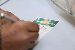 Apostador marcando as dezenas da sorte em lotérica da Capital. (Foto: Kísie Ainoã)