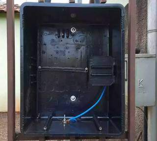 Morador teve fios da caixa de padrão de energia furtados na madrugada de sexta-feira (17) (Foto: Direto Das Ruas)