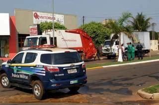 Ao fundo da imagem, caminhão que prensaram a perna da vítima. (Foto: Ivinoticias)
