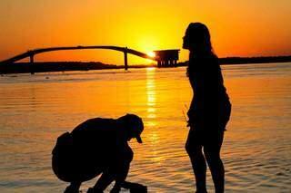 Casal se refresca nas águas do Rio Paraguai, em Corumbá, onde os termômetros podem chegar aos 45ºC (Foto: Marcos Maluf)