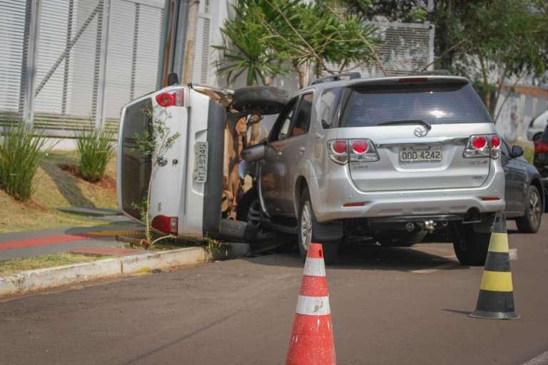 Motorista perde controle de SW4 e colide em 3 veículos na frente de condomínio