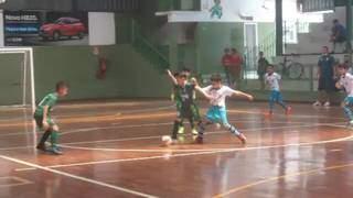 Meninos do sub-9 durante jogo nesta manhã em Campo Grande (Foto: Divulgação)
