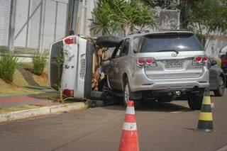 Carro tombou na calçada após ser atingido pela SW4 (Foto: Marcos Maluf)