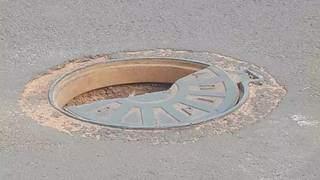 Poço de visita com a tampa quebrada na mesma rua. (Foto: Direto das Ruas)