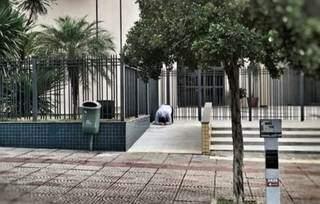 No centro da imagem, é possível ver um homem ajoelhado, com a cabeça também no chão. (Foto: Reprodução)