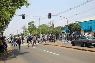 Saída dos candidatos à Guarda Municipal nesta manhã, em Campo Grande. (Foto: Paulo Francis)