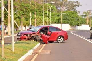 Carro ficou com a lateral destruída (Foto: Vinicius Santana)