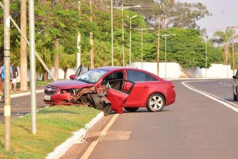Mais um: Motorista fica ferido ao perder controle de carro e atingir coqueiro