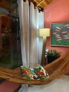 Rede dentro da casa traz um clima tropical também ao ambiente. (Foto: Caroline Mendes/Arquivo Pessoal)