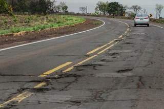 Asfalto deteriorado em rodovia no caminho para Àgua Clara. (Foto: Marcos Maluf)
