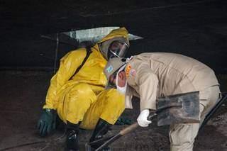 Cadáver foi encontrado em buraco de concreto debaixo de viaduto (Foto: Marcos Maluf)