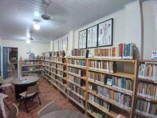 Acervo de livros disponíveis para empréstimo na Bilioteca Aguinaldo Pereira. (Foto: Biblioteca Aguinaldo Pereira)