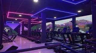 Tem academia concorrente agora que até parece balada de tanto neon na decoração. (Foto: Reprodução Redes Sociais/Engenharia do Corpo)