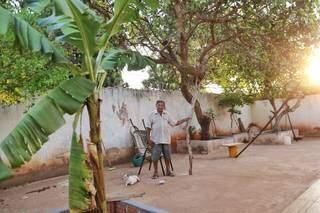 """Pedro João Ferreira, de 76 anos, entre as árvores que """"guarda"""" no quintal de casa. (Foto: Paulo Francis)"""