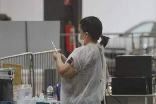 Profissional prepara aplicação de vacina. (Foto: Marcos Maluf/Arquivo)