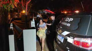 Elaine Benites, 38, presa por assassinato, no momento em que chega à Delegacia de Polícia (Foto: Adilson Domingos)