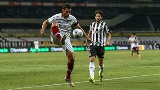 Atacante Fred domina bola em jogo contra o Atlético-MG. (Foto: Divulgação)