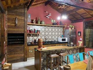 Cozinha rústica com churrasqueira e área gourmet toda equipada. (Foto: Caroline Mendes/Arquivo Pessoal)