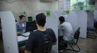 Candidatos sendo atendidos na sede da Funtrab. (Foto: Divulgação/Arquivo)