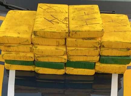 Casal é preso com 23 kg de cocaína pura em carro, ao lado da filha de 6 anos