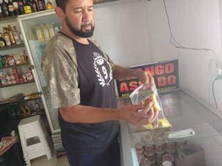 Comerciante mostra produtos que precisam de refrigeração e foram perdidos com queda da energia (Foto: Miriam Machado)