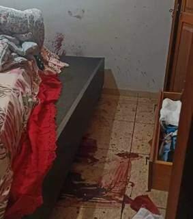 Muito sangue em um dos quartos onde houve troca de tiros com policiais. (Foto: Direto das Ruas)
