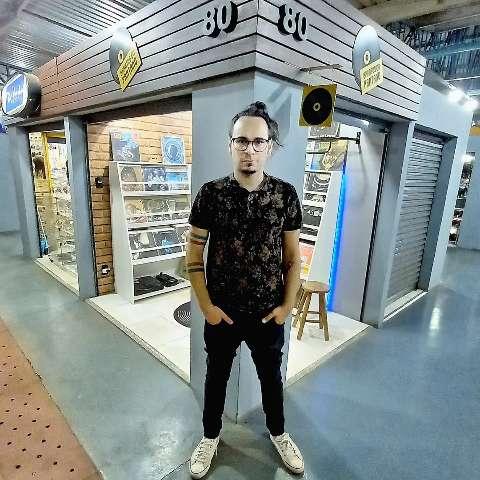 Para aliviar a nostalgia, Pedro leva discos de vinil para Feira Central