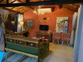 Sala de TV da casa rústica que tem estilo chalé. (Foto: Caroline Mendes/Arquivo Pessoal)