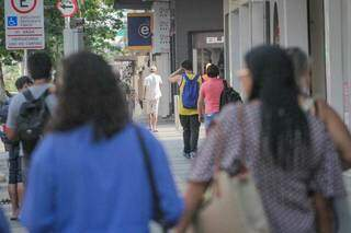 Consuimidores caminhando pela Rua 14 de Julho, em Campo Grande. (Foto: Marcos Maluf)