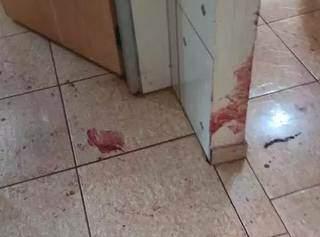 Rastro de sangue indica trajeto de ferido até quarto. (Foto: Direto das Ruas)