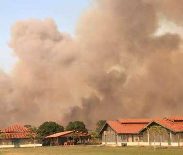 Incêndio no Pantanal ameaça sede da escola ribeirinha
