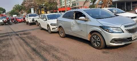 Mãe e filho são socorridos após engavetamento com 4 veículos na Afonso Pena